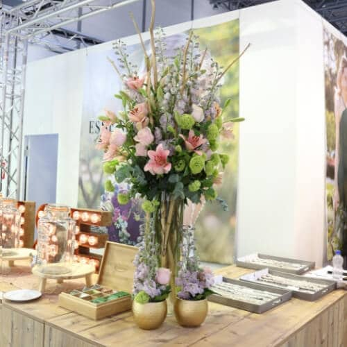 Blumendekoration mit Rittersporn und Lilien B