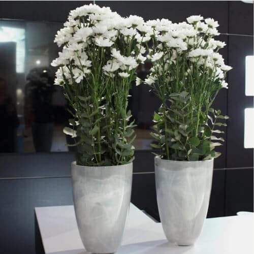 Messedekoration mit weißen Blüten