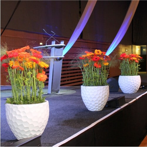 Rednerpult und Bühnendekoration mit Blumen