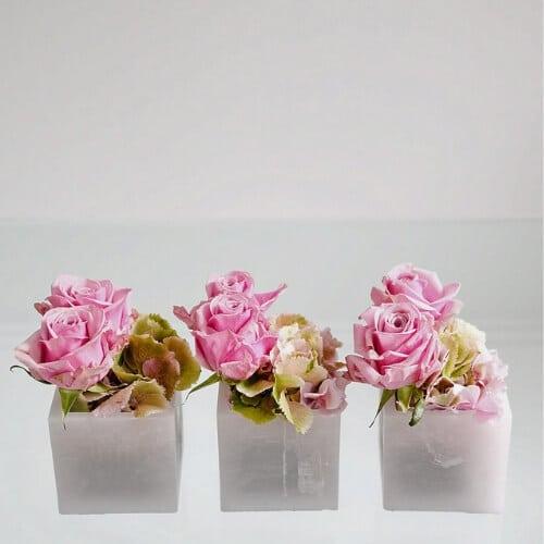 tehtischdekoration mit Rosen und Hortensienblüten