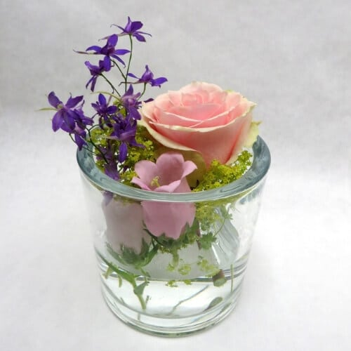 tehtischdekoration mit Sommerblumen
