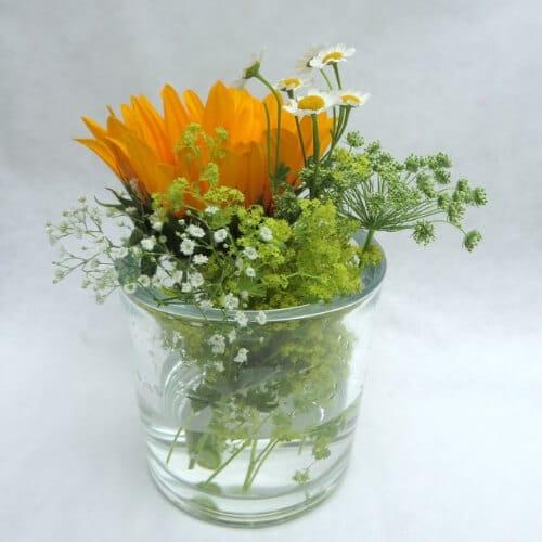 tehtischdekoration mit Sonnenblumen