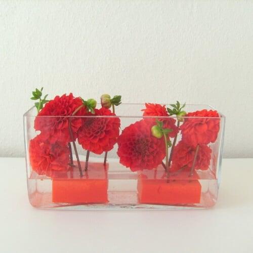 Stehtischdekoration mit roten Dahlienblüten
