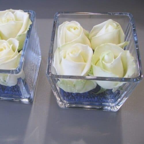 Stehtischdekoration mit weißen Rosen