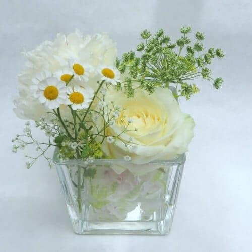 Stehtischdekoration mit weißen Sommerblumen