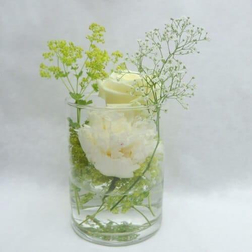 Stehtischdekoration mit weißen Sommerblumen und Frauenmantel