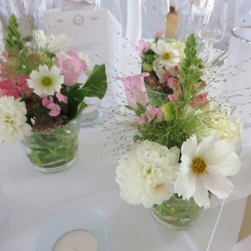 Tischdekoration mit Kosmeen und Dahlien