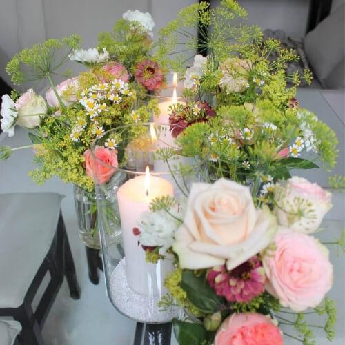 Tischdekoration mit Sommer-Rosen