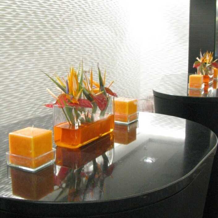 Tischdekoration mit Strelizien-Blüten und Kerzen