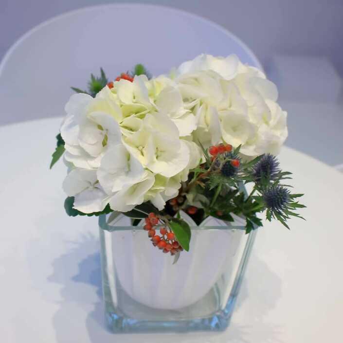 Tischdekoration mit weißen Hortensien