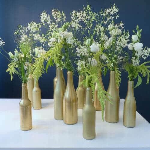Tischdekoration mit weißen Sommerblumen
