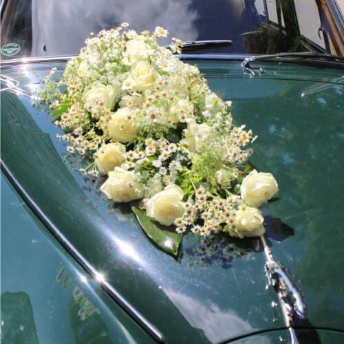Autodekoration-Autoschuck-mit-wieße-Blüten