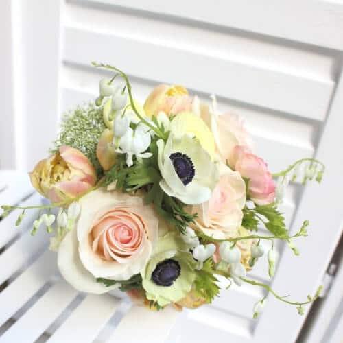 Brautstrauß mit Rosen und Anemonen