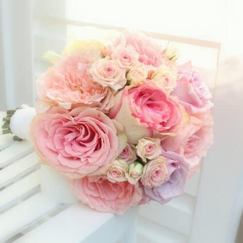 Brautstrauß mit Rosen und anderen Blumen für eine kirchliche Hochzeit in Düsseldorf.