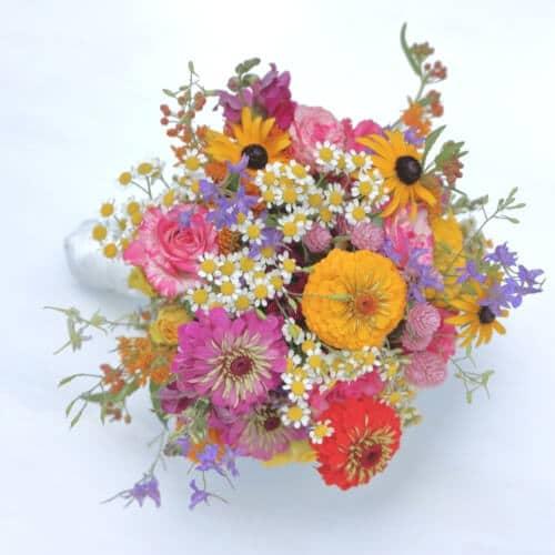 Brautstrauß mit bunten Sommerblumen