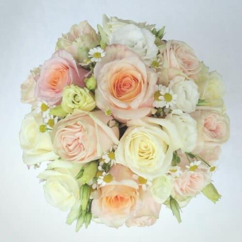 Brautstrauß mit hellen Sommerblumen