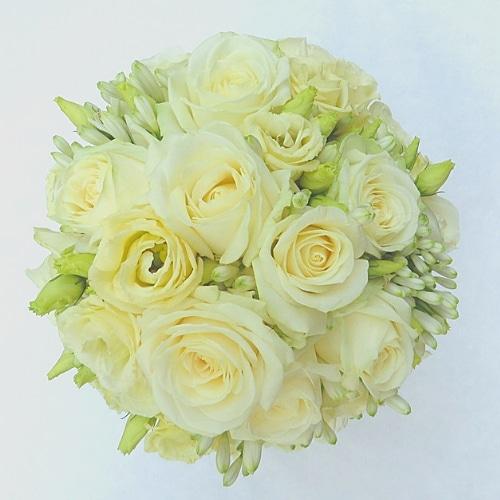 rautstrauß mit weißen Blüten