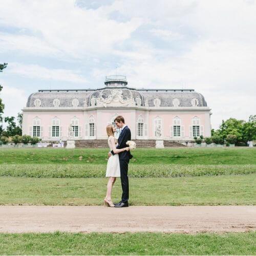 Brautstrauß-mit-weißen-Pflingstrosen-und-fliederfarbenen-Rosen-c-Fotografin-hannahgatzweiler.de