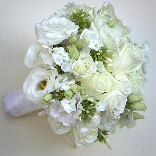 Brautstrauß mit weißen Sommerblumen und Rosen