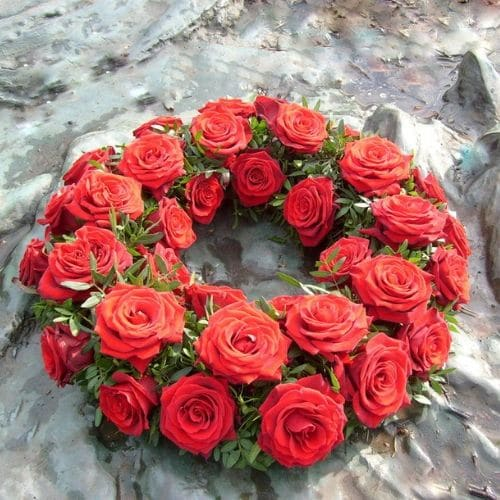 K10-Urnenkranz-mit-roten-Rosen