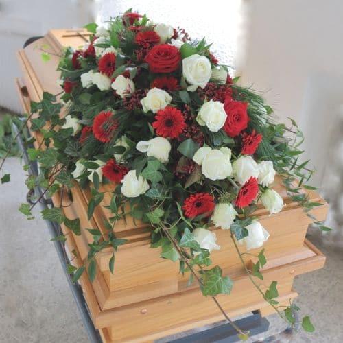 Sargdekoration-mit-rote-und-weiße-Rosen