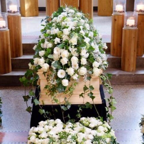 Sargdekoration-mit-weißen-Blumen-2