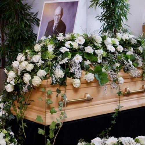 Sargdekoration-mit-weißen-Blumen