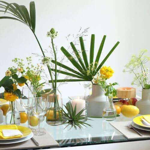 Sommerliche Tischdekoration mit gelben Blüten 1