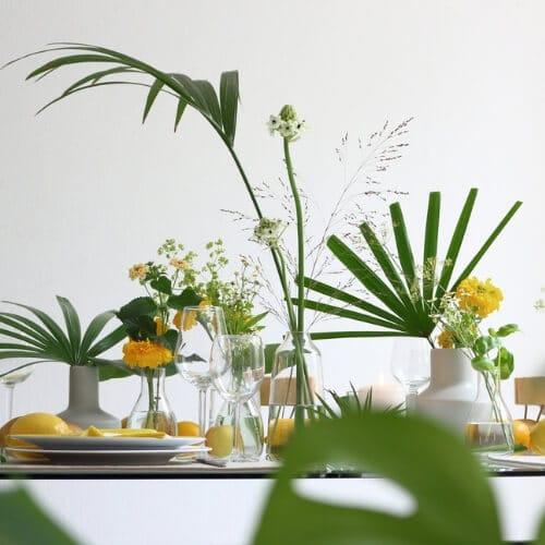 Sommerliche Tischdekoration mit gelben Blüten 2