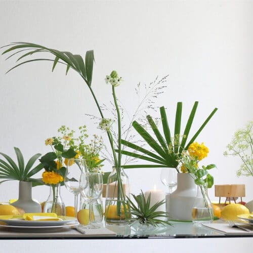 Sommerliche Tischdekoration mit gelben Blüten