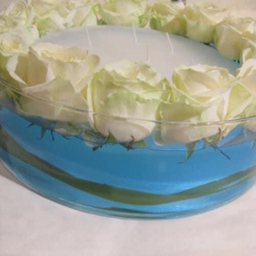 Stehtischdekoration zur Hochzeit mit weißen Rosen