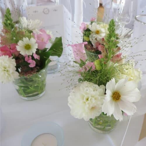Tischdekoration mit Rosen und Sommerblumen 1
