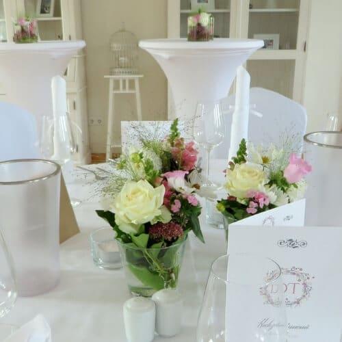 Tischdekoration mit Rosen und Sommerblumen