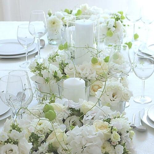 Tischdekoration mit weißen Blüten 1