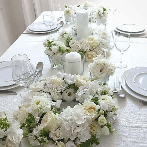 Tischdekoration mit weißen Blüten 2