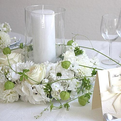 Tischdekoration mit weißen Blüten