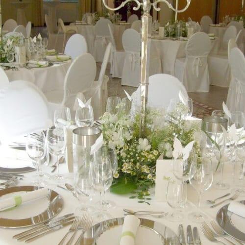 Tischdekoration mit weißen Sommerblumen zur Hochzeit
