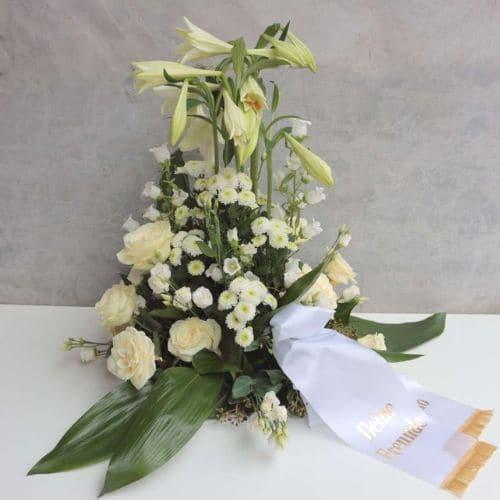 Trauergesteck-mit-weißen-Lilien-und-Schleife