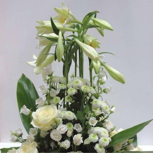 Trauergesteck-mit-weißen-Lilien