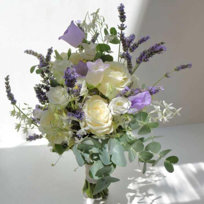 Brautstrauß-lila-weiß.-mit-Lavendelblüten-und-Glockenblumen