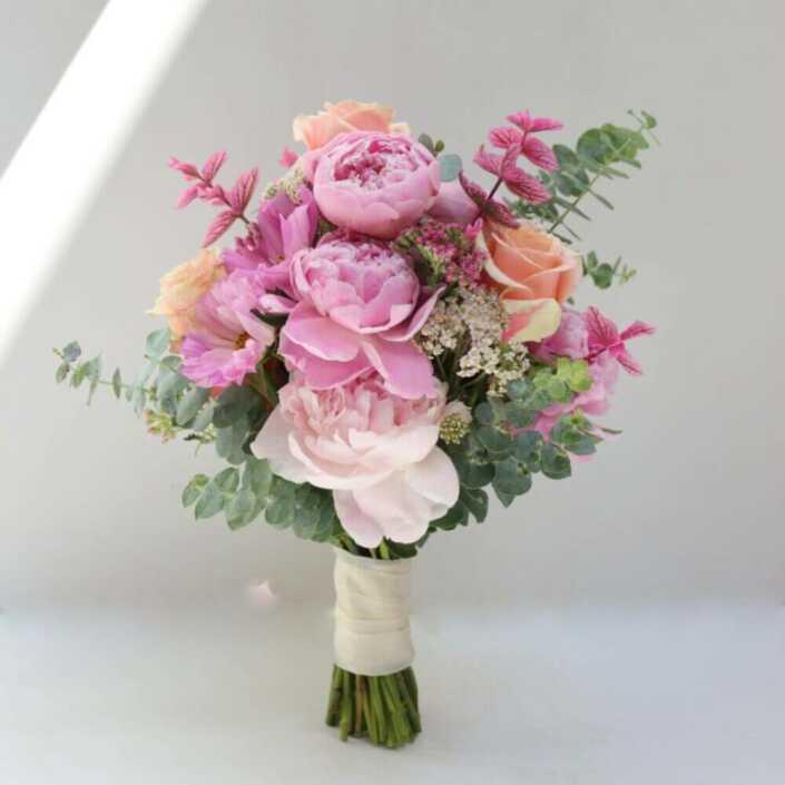 Brautstrauß-mit-rosa-Pfingstrosen-und-Saliven