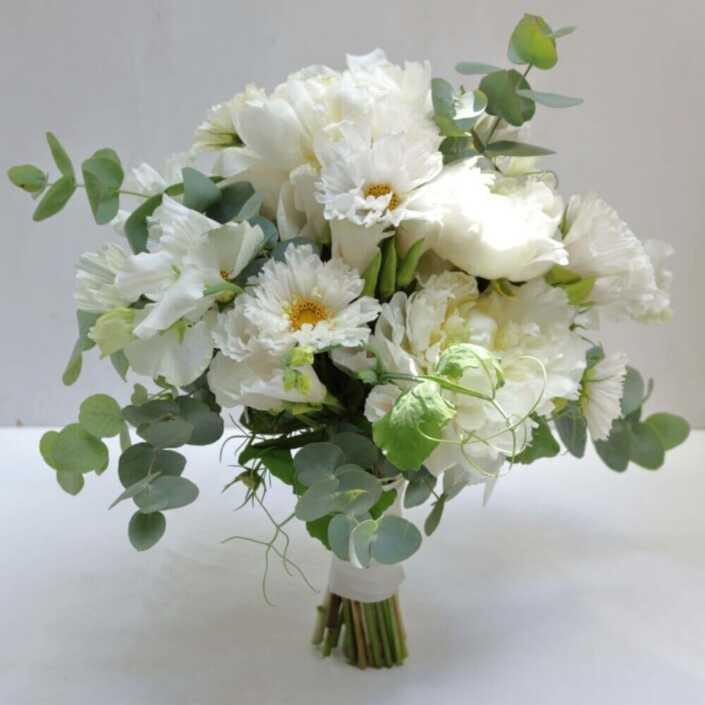 Brautstrauß-mit-weißen-Pfingstrosen-und-Kosmen