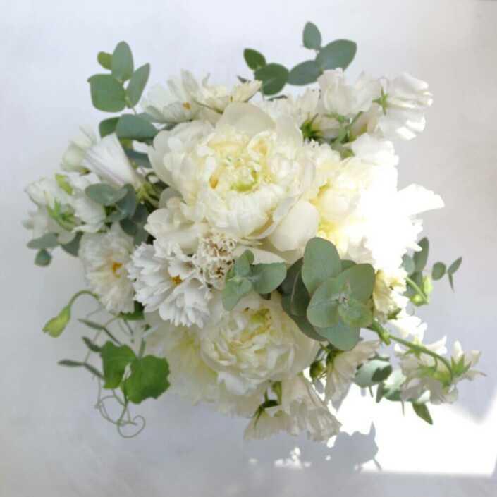 Brautstrauß-mit-weißen-Pfingstrosen-und-Wicken