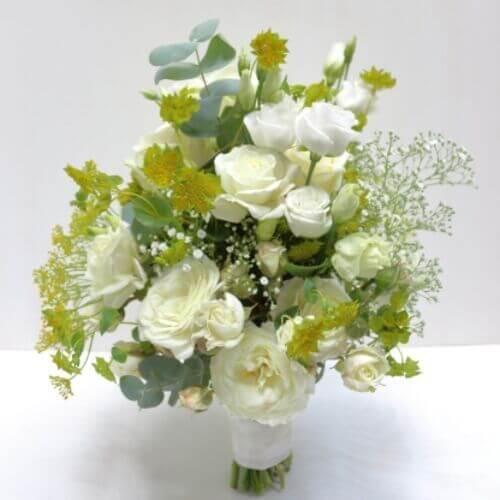 Brautstrauß-mit-weißen-Sommerblumen